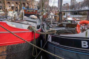2 alte Schiffe die als Wohnschiffe dienen 1