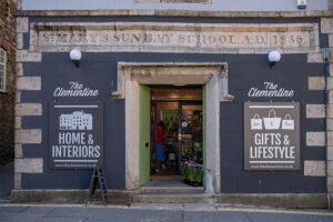 Eine alte Sonntagsschule jetzt ein Einrichtungsgeschaeft