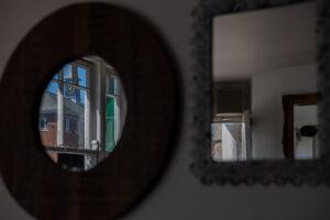 In einer der gemuetlichen Pubs spiegelt sich die Turmuhr in einem Spiegel
