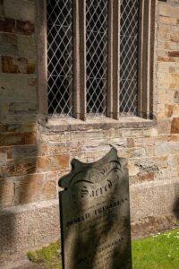 Kirchenfenster mit Stein