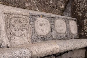 Sitze mit Inschrift der Auffuehrung