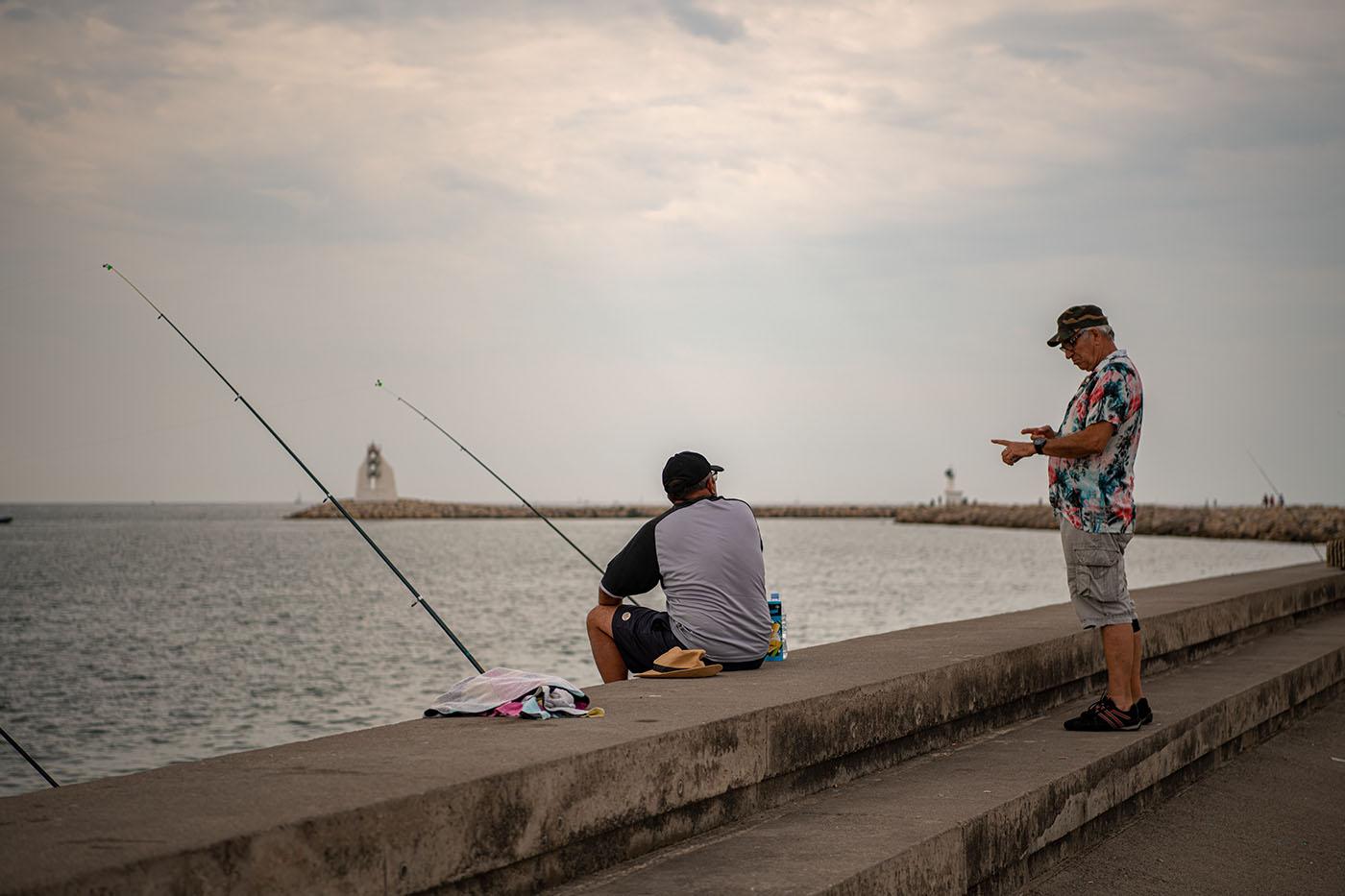 Angler an der Hafenmole