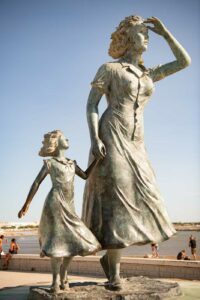 Le Grau du Roi Denkmal fuer eine Fischerfrau und Kind