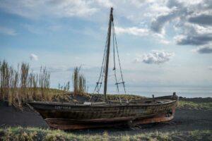 ein Museumsschiff ist am Strand ausgestellt