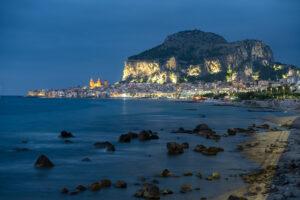 Abendlicher Blick auf die Stadt und den Rocca di Cefalu 1