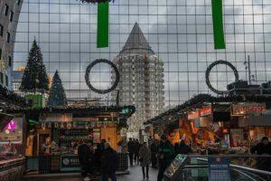 Aus der markthalle schaust Du auf den Blaak Tower ein Wohnhaus entworfen von Piet Boom 1