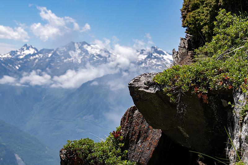 Packender Ausblick am Steilhang in den Pyrenäen