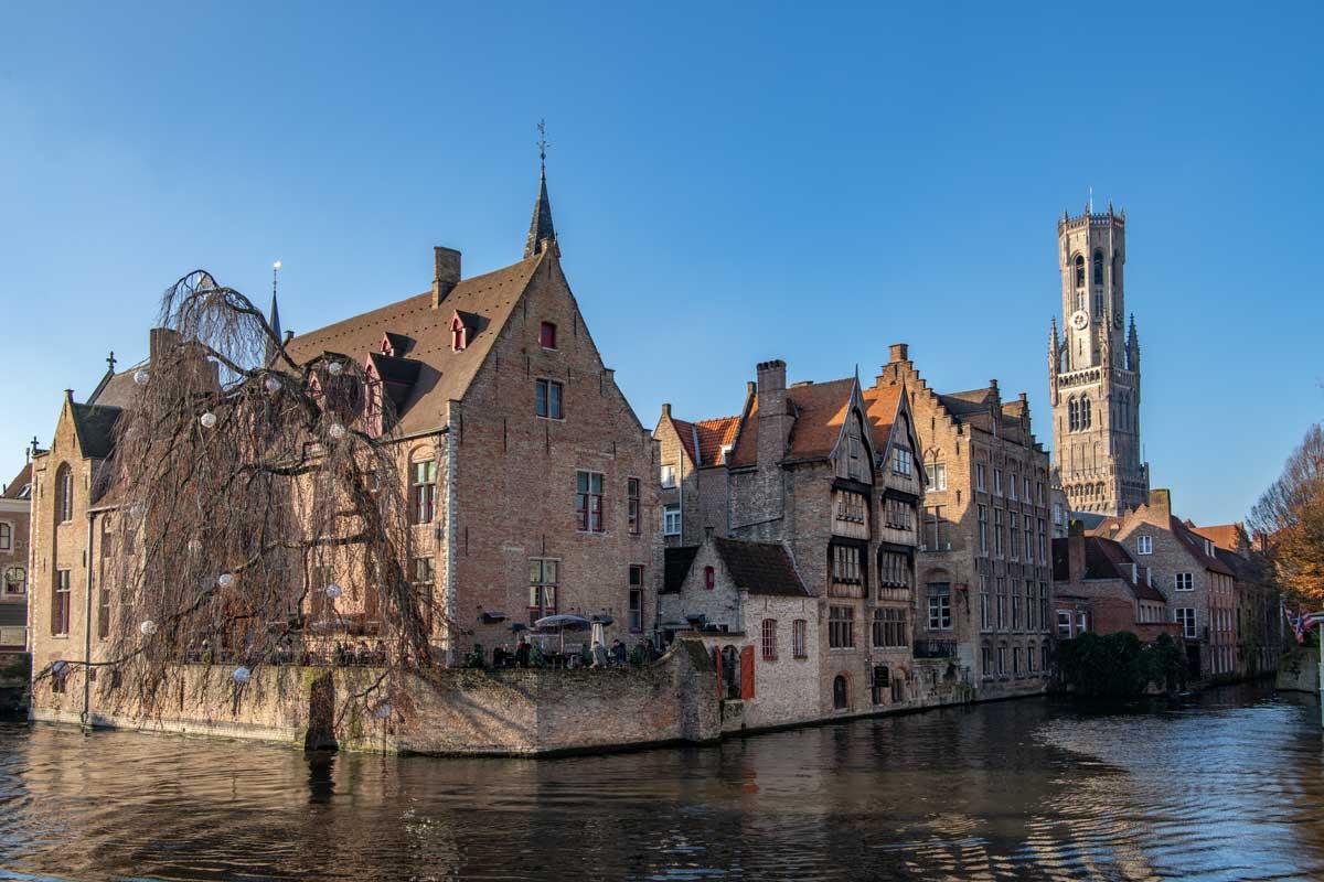 Grachten durchziehen dien Altstadt von Brügge