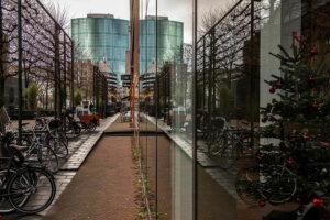 Blick auf das Word Trade Center Rotterdam mit Spiegelung in der Haeuserfront