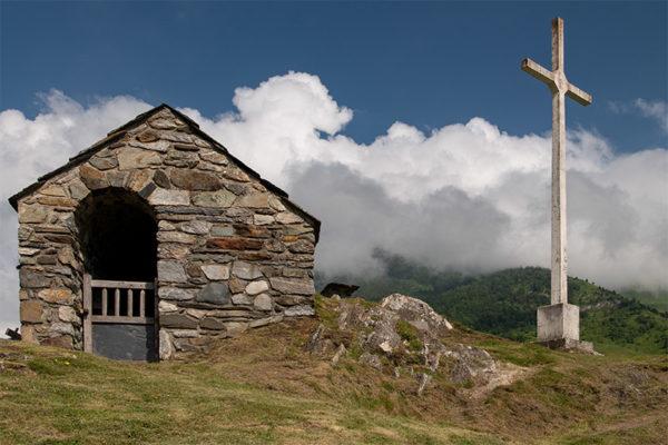 Blick auf das Kreuz und die Kapelle
