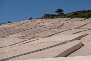 die Zementaufschüttung einiger Ruinen des zerstörten und ausgestorbenen Gibellina Vecchia