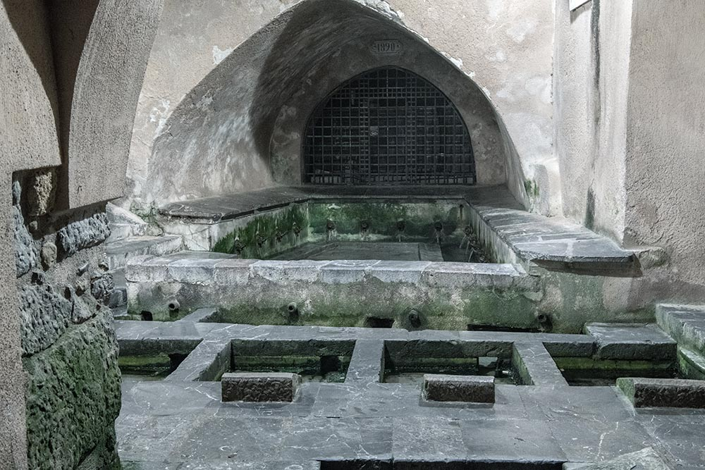 Der Waschplatz wird gespeist durch einen natürlichen Bach