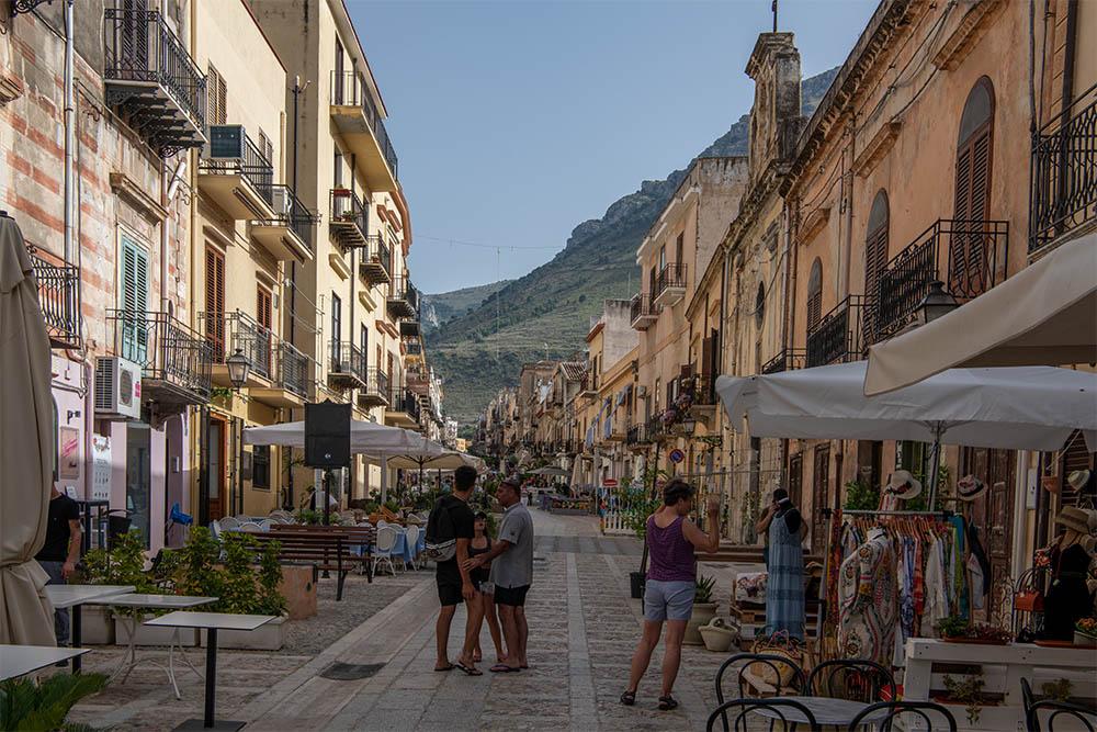 In der Fußgängerzone findest Du auch viele Kunsthandwerker aus Sizilien, die Ihre Produkte anbieten