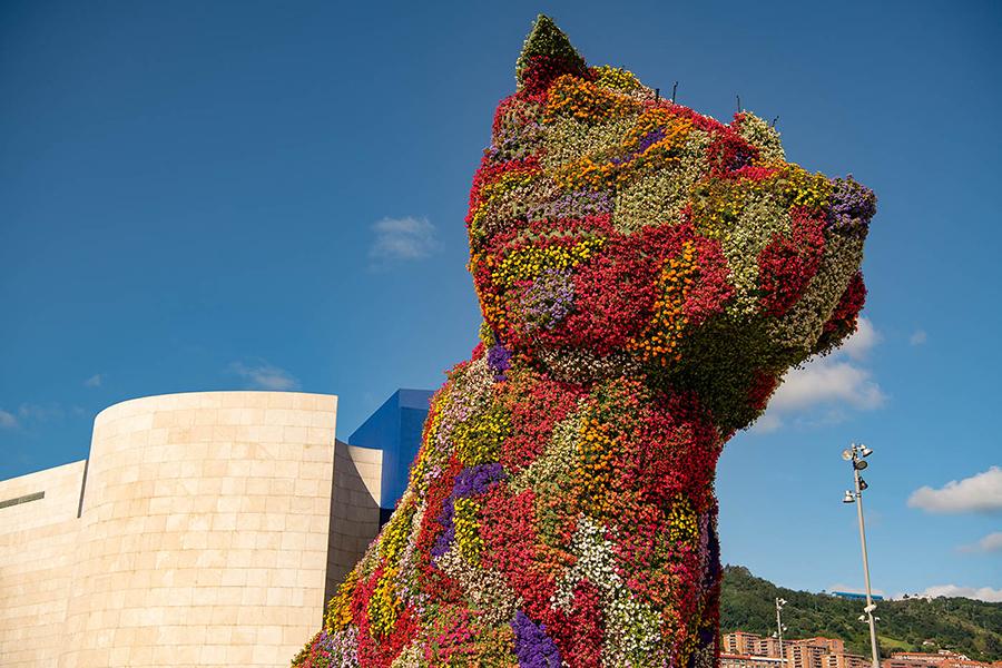 ein riesiger mit Blumen bepflanzter Hund