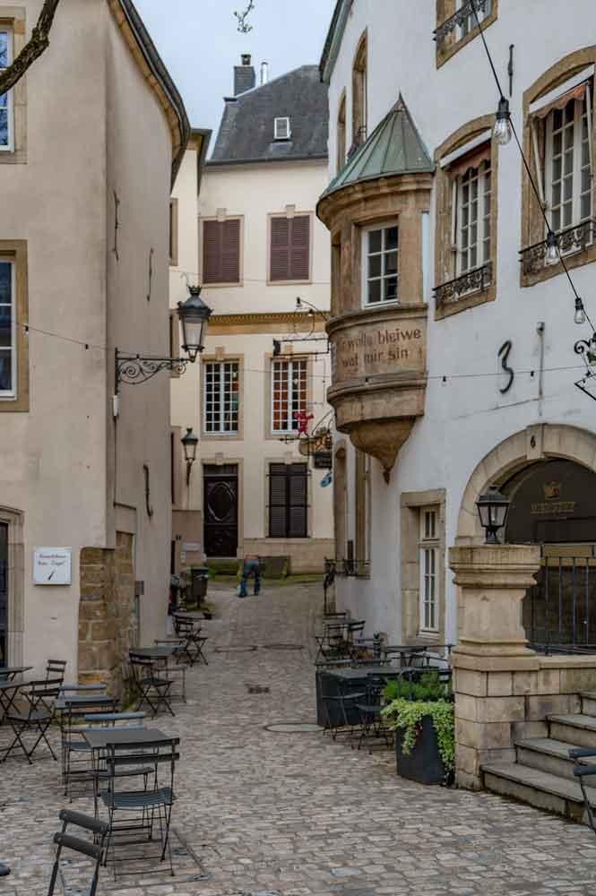 Gasse in Luxenburg mit dem Wahlspruch an einem Haus: Mir wëlle bleiwe wat mir sinn