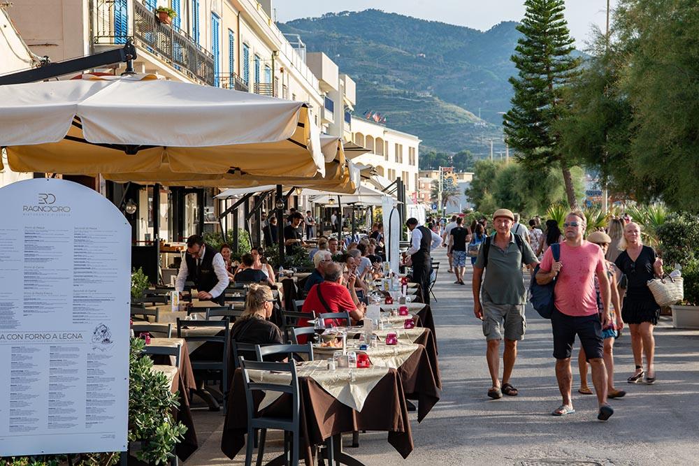 In den Strassen der Altstadt gibt es zahlreiche Restaurants und schöne Geschäfte