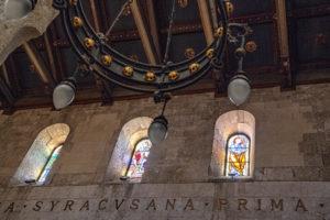 Alte Inschrift und Fenster im Dom