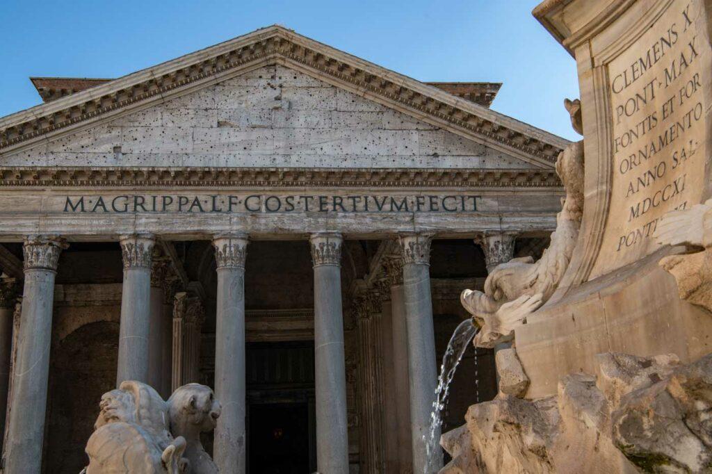 Pantheon mit brunnen