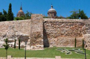 Stadtmauer von salamanca mit kathedrale