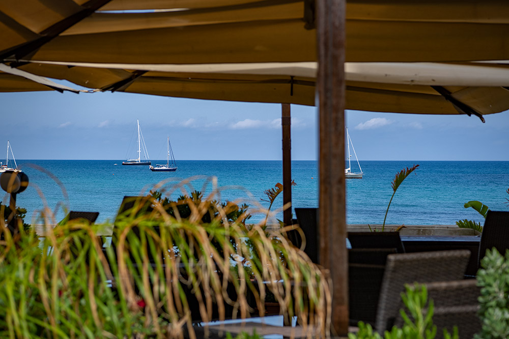Aus einem Strandrestaurant heraus genießt Du den Ausblick auf das Meer