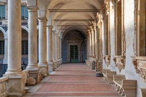 in einem alten Kloster ist eine Schule untergebracht