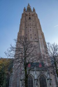 Imposant ragt der Turm der Liebfrauenkirche hoch hinaus