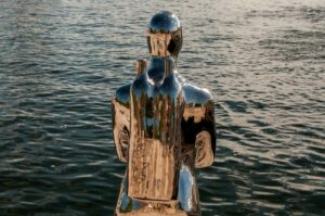 taucher skulptur am hafen