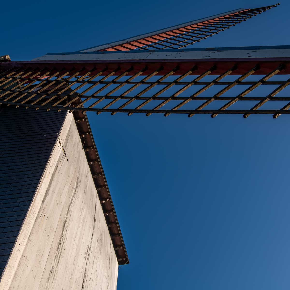 Am Über des kanals stehen mehrere Windmühlen.